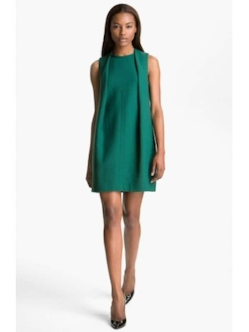 エメラルドグリーンは、2013年を代表するトレンドカラーの一つ。ダークなグリーンは、思慮深い印象を与えます。