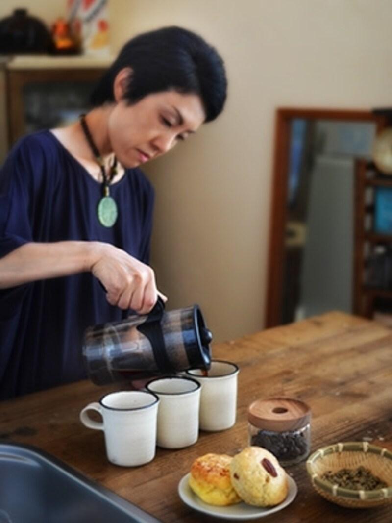 プレスでコーヒーを淹れる近藤さん。
