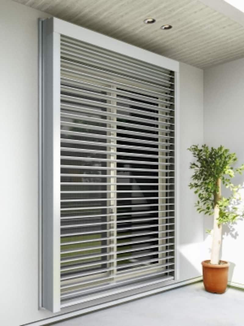 窓の外側に設置する電動ルーバーの角度調整で光と風をコントロール。ブラインドの操作には、リモコン電動機構を標準装備し、ルーバーの角度調整や全閉全開が可能。[リモコン外付ブラインドundefinedX-BLIND]undefinedYKKAP