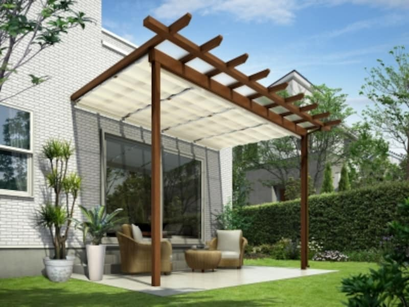 パーゴラタイプに、屋根から入り込む日差しをカットする天井カーテン(ホワイト色)を設置して快適なスペースを実現。[木調テラス屋根undefinedサザンテラス]undefinedYKKAP