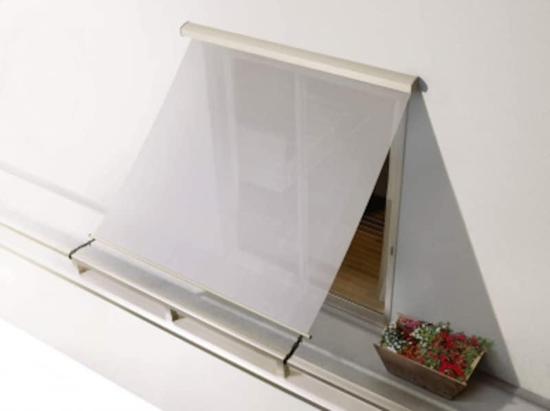 強い日射熱を遮蔽し、室内温度の上昇を抑えるため、エアコン代の節約にも。日中は外からの視線もカットすることが可能。すっきりと収納できるのも魅力。[アウターシェード壁付け納まり(バルコニー):開手すり固定本体:H2生地:グレイ(YS)]undefinedundefinedYKKAP