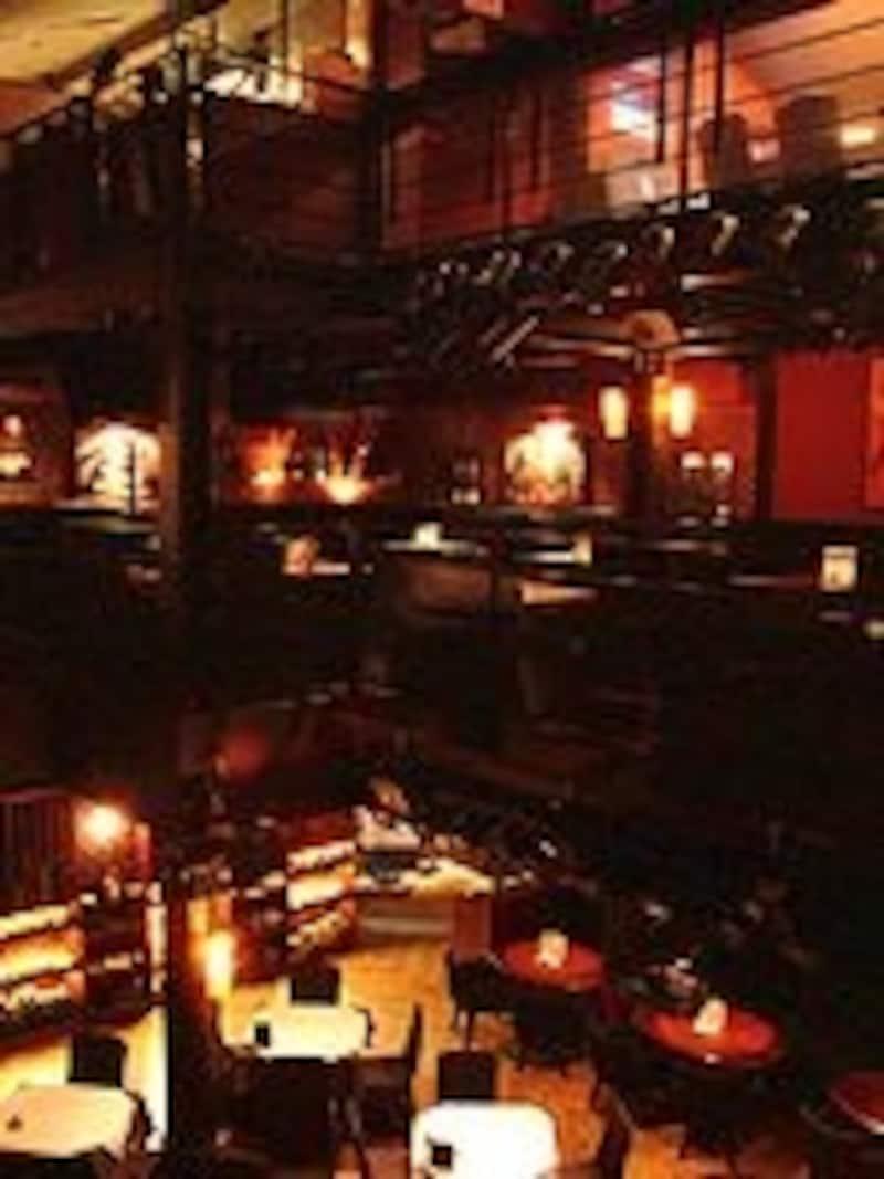 夜が深まるにつれお客さんでいっぱいに。カップルも多く、デートスポットとしても人気です。1~3階まであり(C)Onceinabluemoon