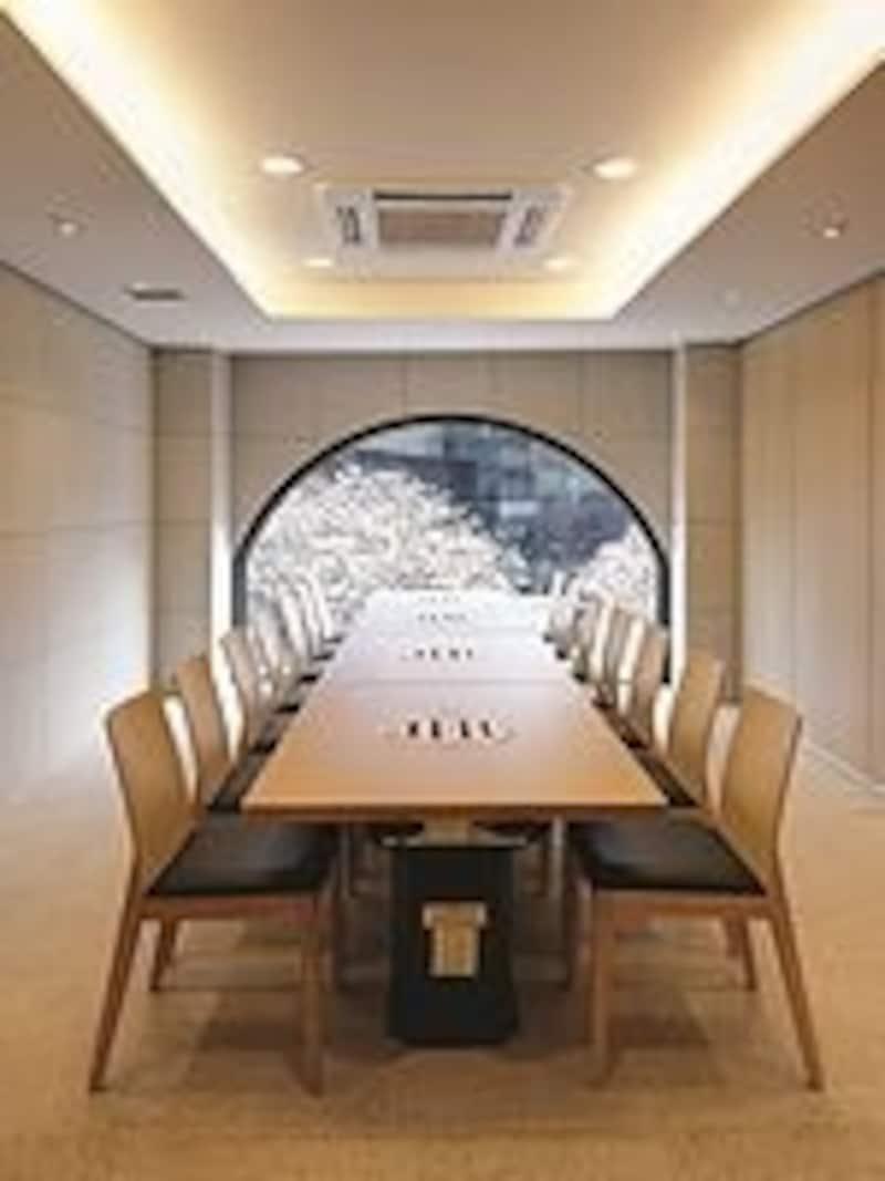 ホール席だけでなく、個室もあり。広々とした店内も、食事時にはお客さんでいっぱいに(C)Hanilkwang