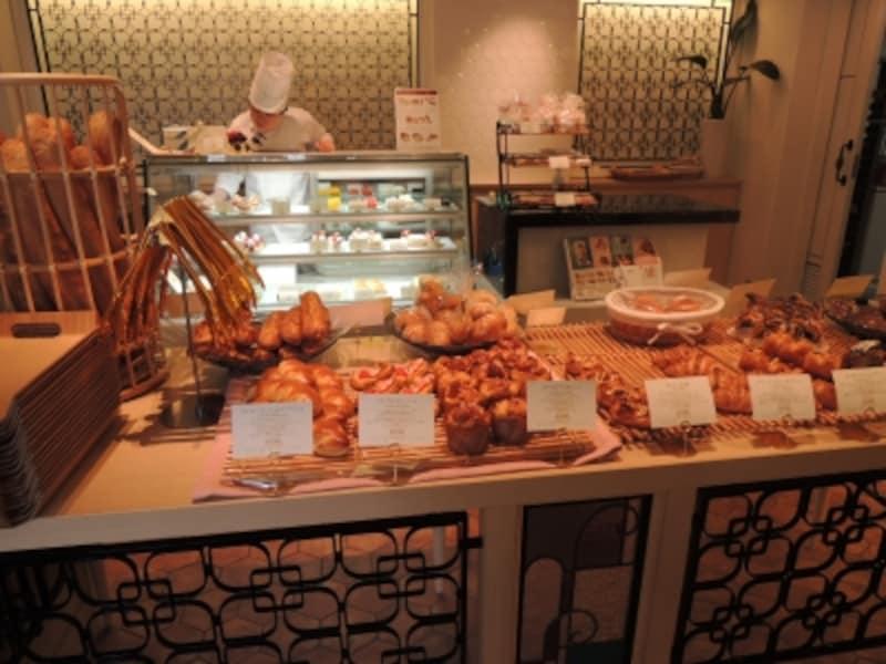 パンとお菓子の販売スペース