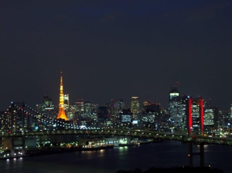 お台場側に2020の窓文字が点灯された東京タワーと赤色に光るレインボーブリッジ(2020年オリンピック招致を願う特別ライトアップ)undefined2013.3.4スターロード店内から撮影