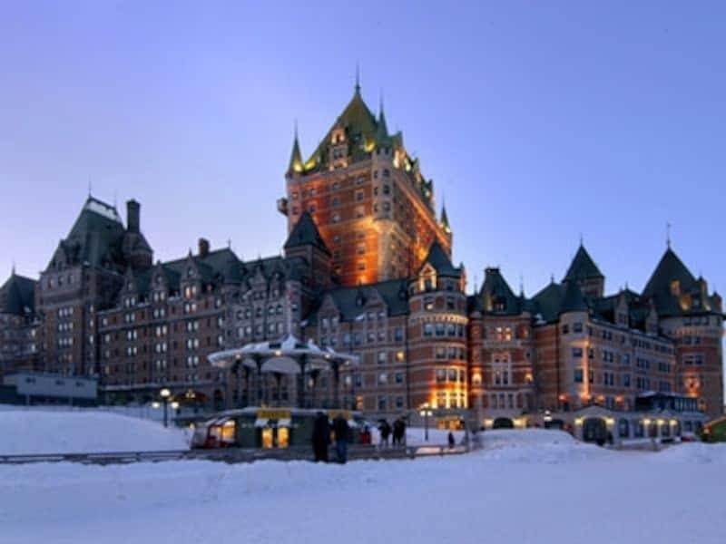 フェアモントを象徴する古城風の外観を持つホテルのひとつ、フェアモント・シャトー・フロントナック(C)FairmontHotelsandResorts