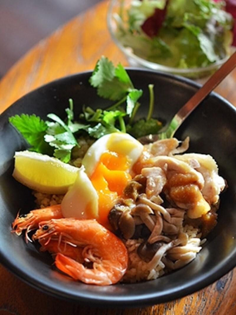 蒸し鶏と海老のカオマンガイ丼880円