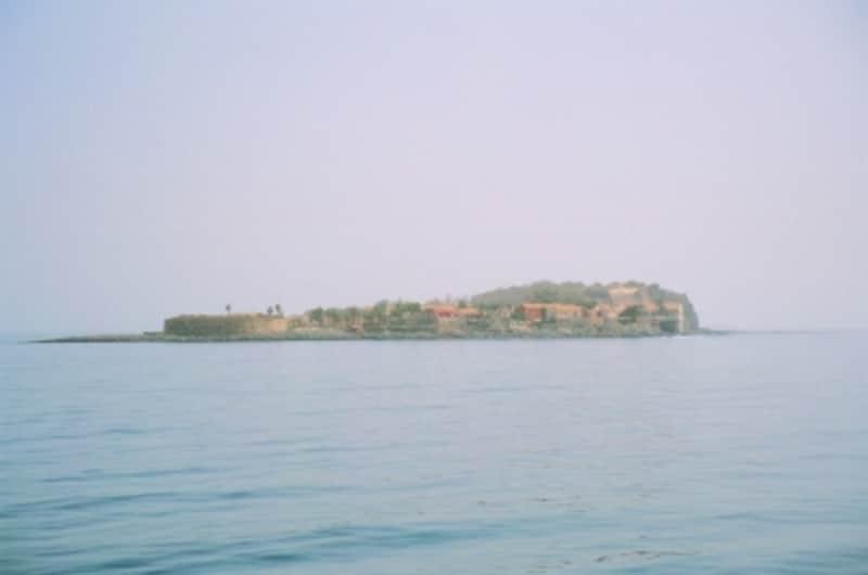 ダカールの沖合いに浮かぶ小島「ゴレ島」。かつてアフリカ最大の奴隷貿易の中心地として、多くの過ちと悲劇が生み出された場所。その記憶をとどめるために、世界遺産に指定された