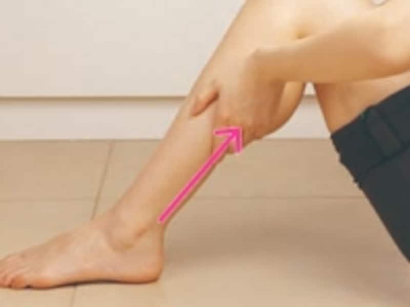 両手の平を使って、足首からひざ裏までしっかりと老廃物をすり上げる