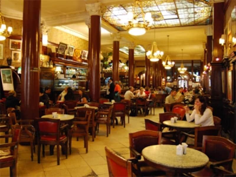 カフェ・トルトーニは、大作家ボルヘスやペロン元大統領も足繁く通ったという老舗。