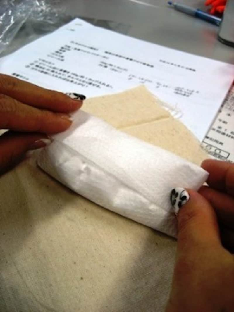 重曹を市販のだしパックやティーパックに入れて布に包むと簡単!
