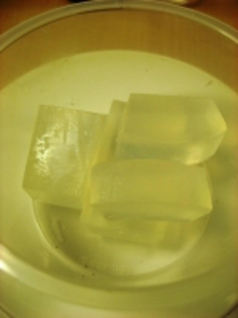 MPソープクリアをレンジでチンしたら、天然色素を熱いうちに溶かす