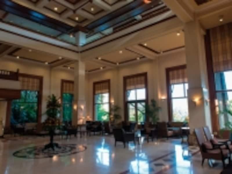 天井が高く、広々としたコロニアル建築のロビーには優雅な空気が漂っています