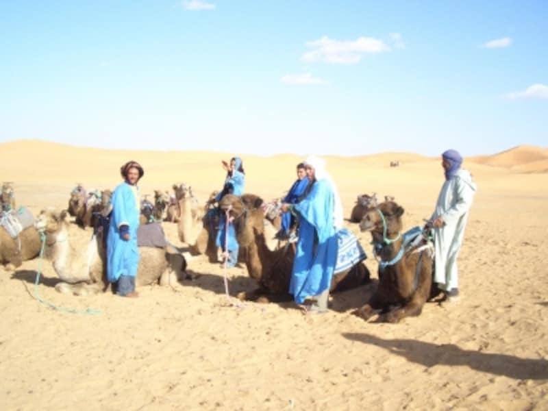メズルーガ砂漠のラクダとラクダ使い