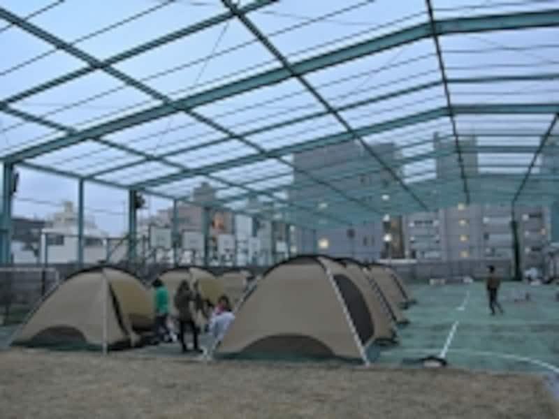 屋上のテント村
