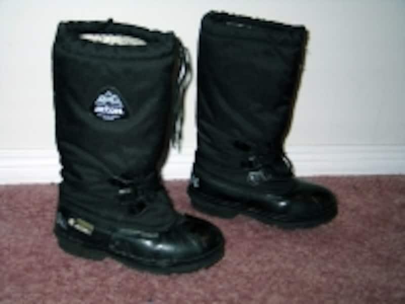 氷点下35度にも耐えうる耐寒ブーツ。自分で購入しようにも、その辺では売っていない代物(C)AuroraVillage