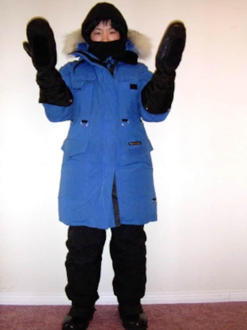 イエローナイフのオーロラビレッジ社のレンタル防寒具5点(ジャケット、パンツ、ブーツ、ミトン、フェイスマスク)セット。業者により、多少異なるが、こうしたセットが主流(C)AuroraVillage