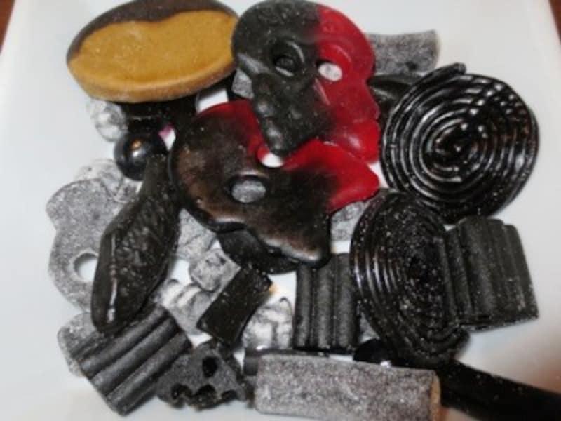 黒い物体「ラクリス」もたくさんあります。ラクリスは、日本人にはなじみの薄い味ですが、北欧諸国では子どもも大人も大好きです。味も塩味のものもあれば、甘い味のものもあります。