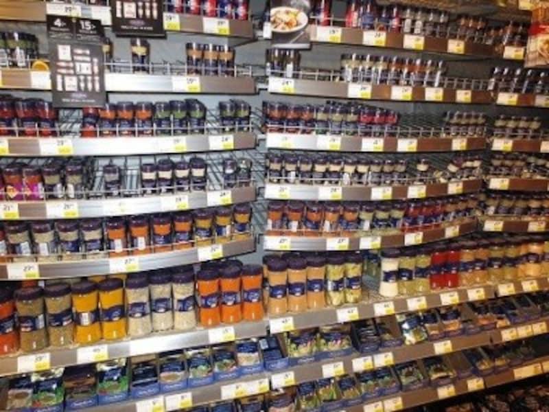 スウェーデンのスーパーで目を引くのが香辛料のコーナー。一般的な胡椒から、シナモンロールに欠かせない「カルダモン」まで何でもそろっています。