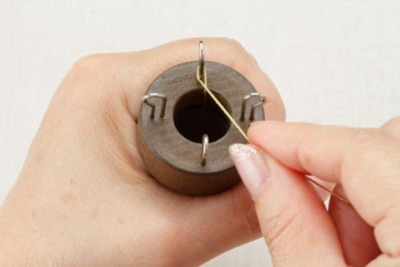 ピンに糸をひと巻きする