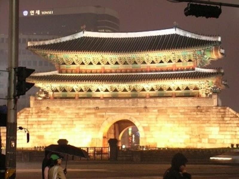 韓国には多くのLCCが就航する(写真は消失前の南大門)