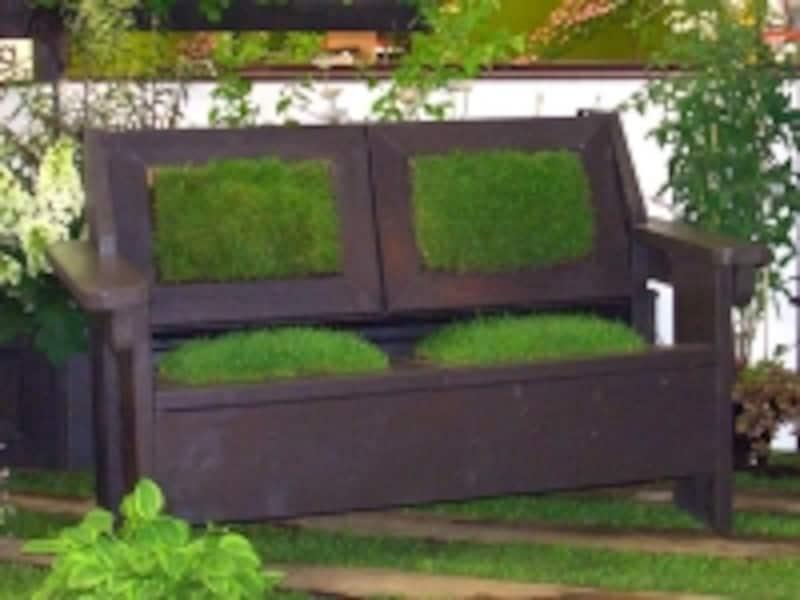 芝生のソファ