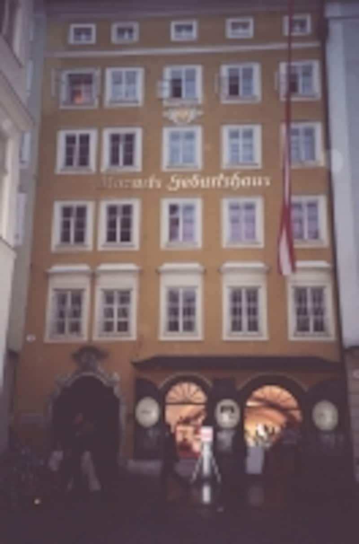 モーツァルトの生家。4階中央の部屋で1756年に生まれた