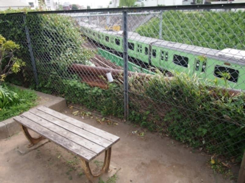 小さな公園にこんなベンチが2つほどある。