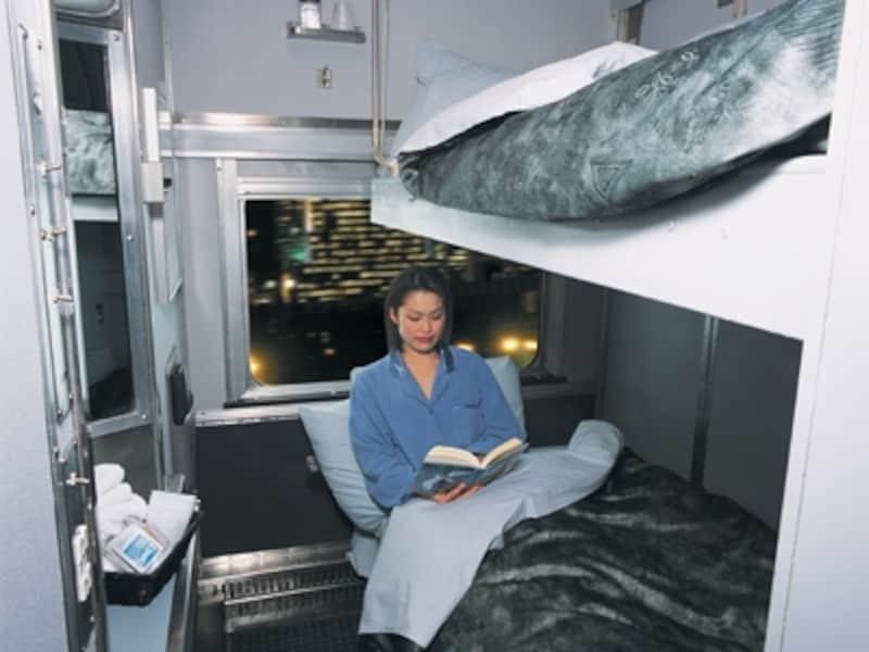 室内にトイレ、洗面台を備えた2名用個室寝台(C)VIARailCanada