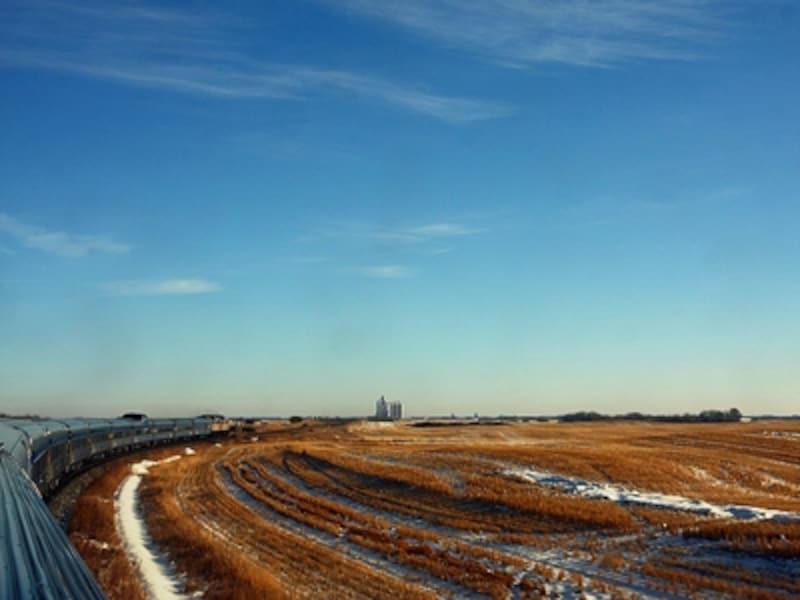 大平原地帯を行くカナディアン号。スカイラインカーの2階ドームから、こんな風景を満喫(C)TheCanadianinSKbyMartinCathrae