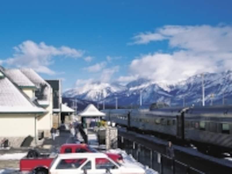 ジャスパーに停車中のカナディアン号。背後に見える冠雪した山々は、もちろんカナディアンロッキー!(C)VIARailCanada