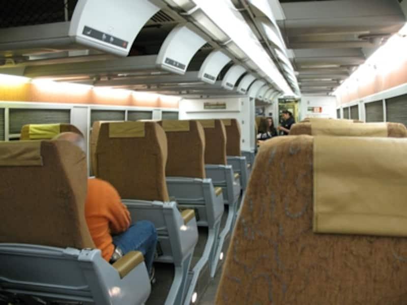 ガイドが乗車した列車では座席配列はエコノミー、ビジネスともに2+1の全く同じもの(C)BlueWorks