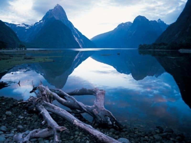 風が無い日には水面に景色が鏡のように映り込むミルフォードサウンド?ニュージーランド政府観光局