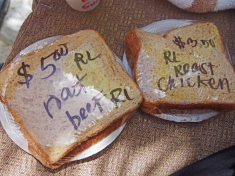 厚切りのターキーやローストビーフなどが入ったシンプルなサンドイッチ