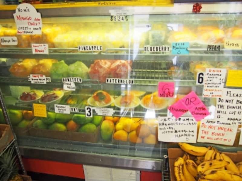 冷蔵ケースに並ぶカットフルーツ