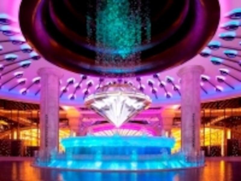メインエントランスにある大型噴水「フォーチュンダイヤモンド」(c)GalaxyMacau