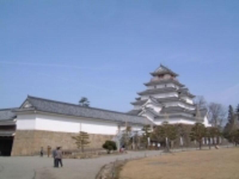 再建された時は黒い瓦だった鶴ヶ城