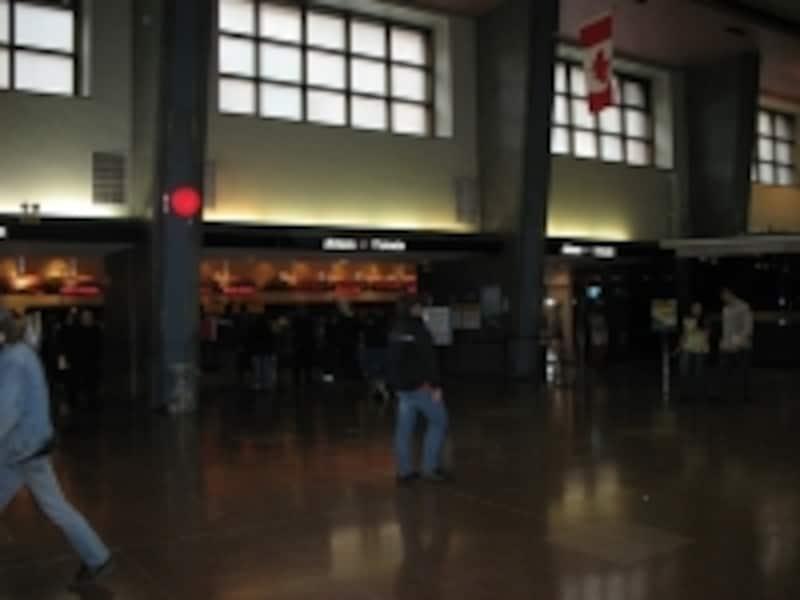 モントリオール駅のチケットカウンター。チェックインし、荷物を預けるなど、方法はフライトのチェックインとほぼ同じ(C)BlueWorks