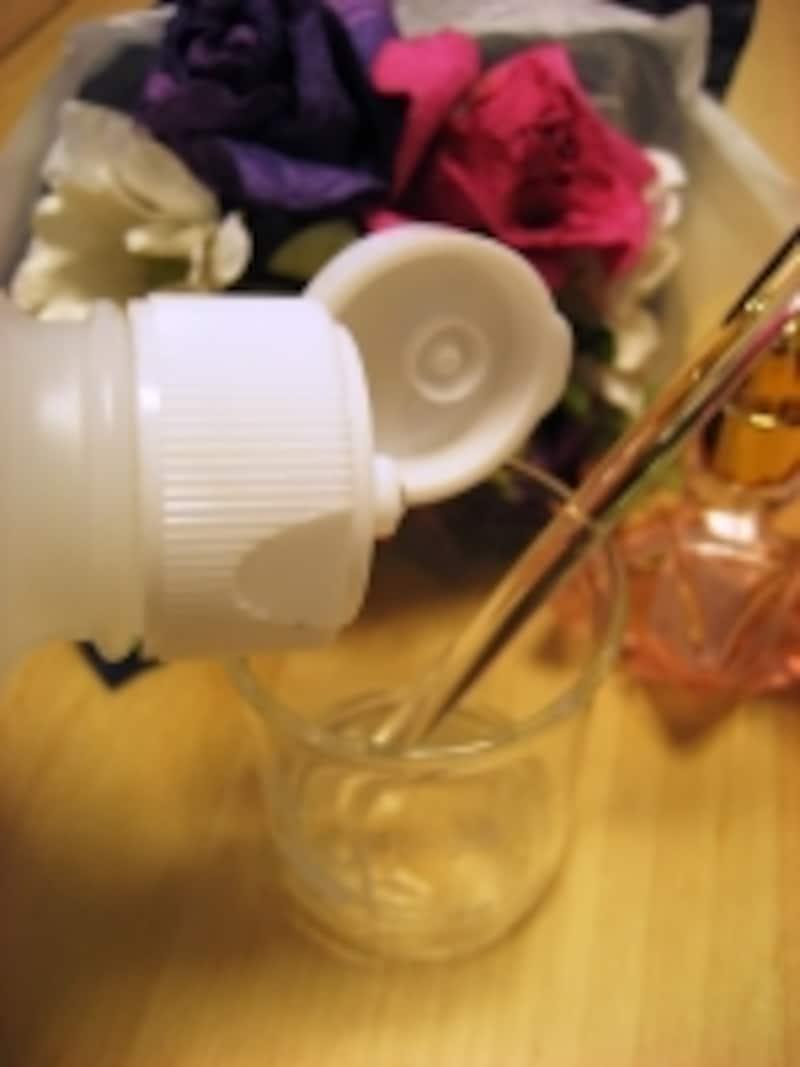 精油と無水エタノールを馴染ませたら精製水を10ml加える