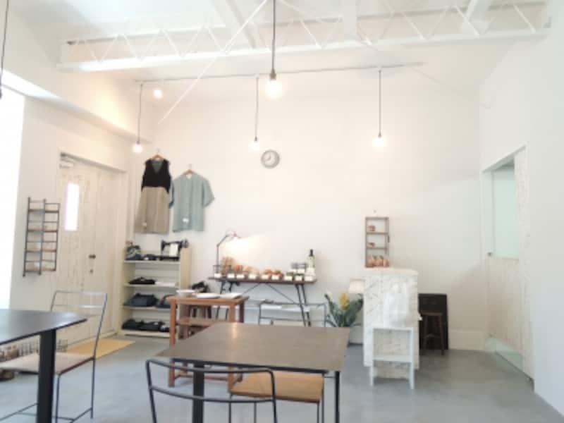 店内。奥さまの菅井綾子さんの布作品を始め作家ものの器類も販売