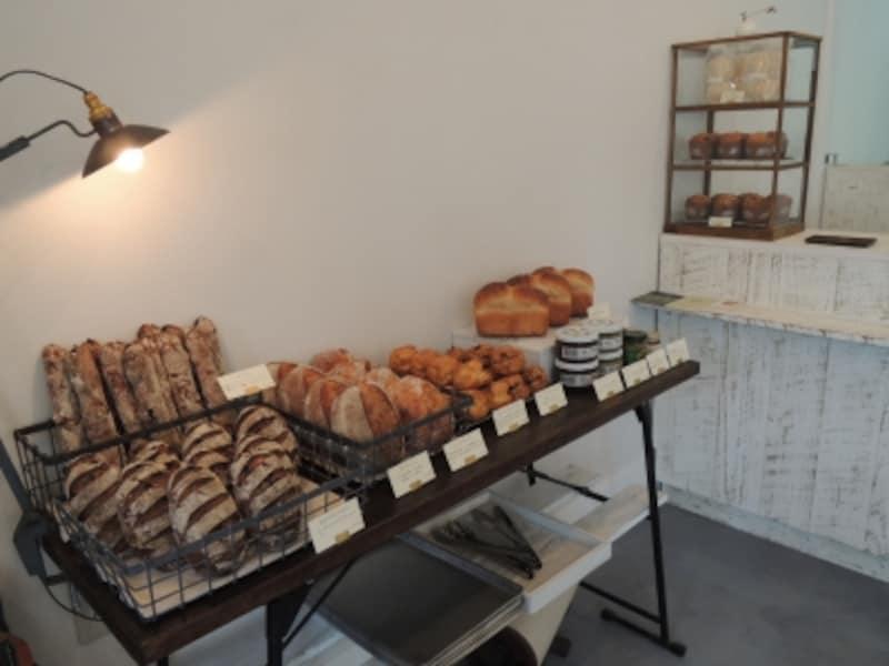 パン売り場はテーブルひとつ分