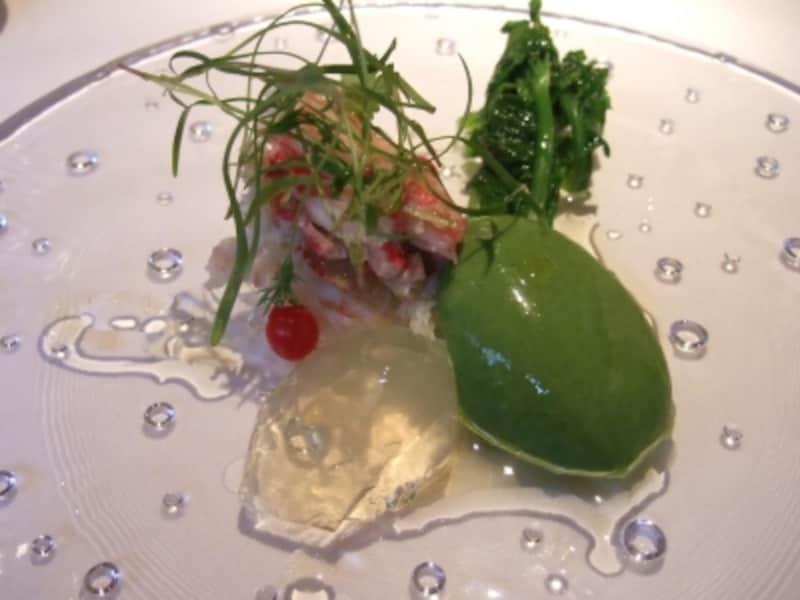 毛蟹と菜の花のムース、透明なトマトジュレと