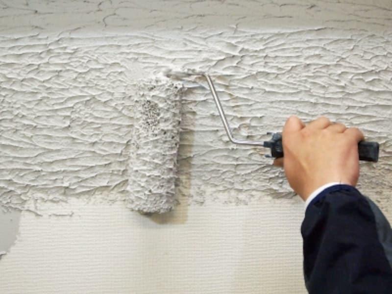 ローラーでの壁塗り