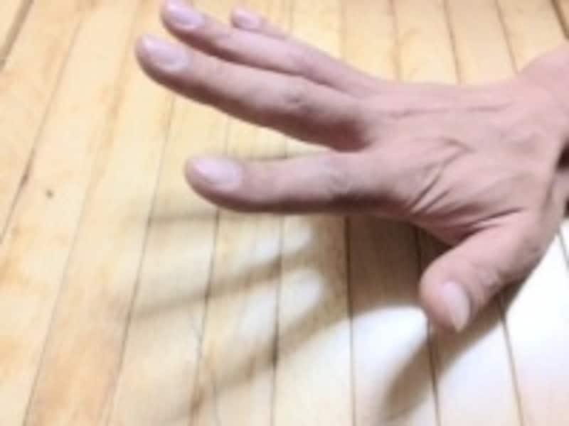 手首が硬くなっていると、最初は動く範囲が狭くなることがあります