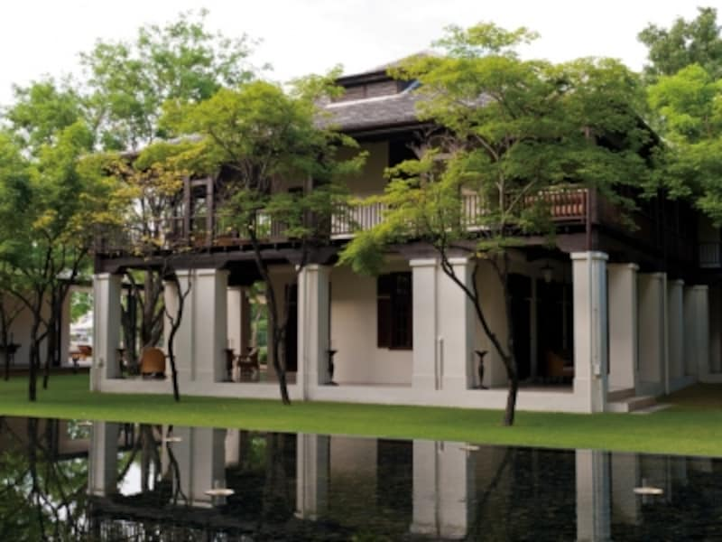 100年の時を刻もうとしてもなお、当時のままの姿を維持しているもと英国領事館。建物の背後にはメーピン川が流れる