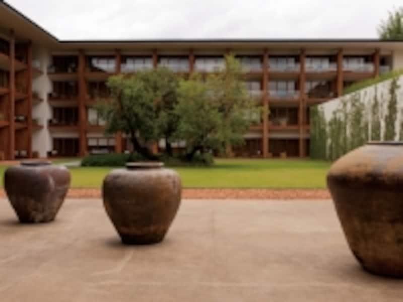シンプルながら印象的な中庭。取り囲むように客室ビルディングが建っている