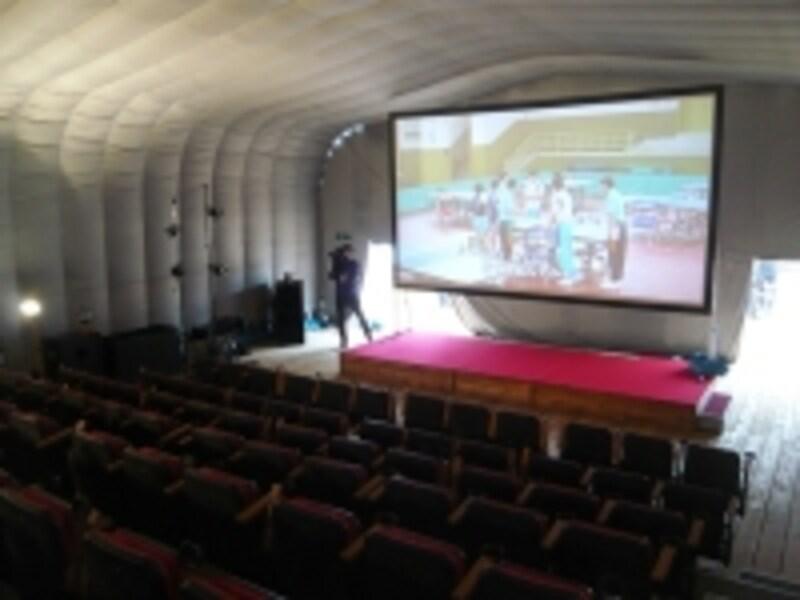 移動型映画館の中
