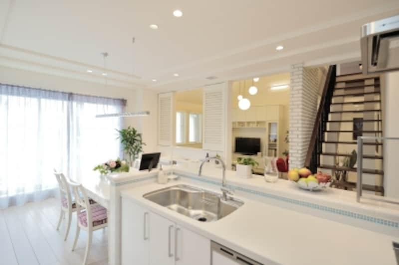 キッチンからダイニングやリビングの様子がわかると、小さなお子様がいても料理に集中しやすくなります。蹴込み板のないスケルトン階段なら、廊下にも視線が通ります