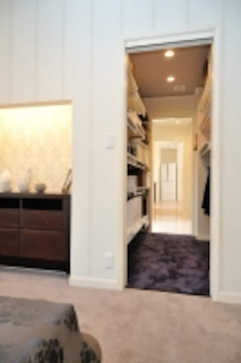 主寝室からクロゼット、洗面室、キッチンまで、まっすぐで短い動線