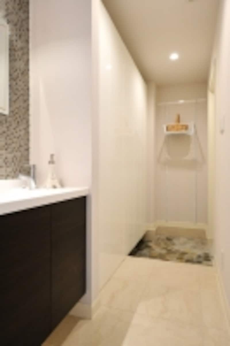 子世帯用の玄関横にはミニドレッサーがあり、子供の帰宅後の手洗い・うがいの習慣づけにもなります
